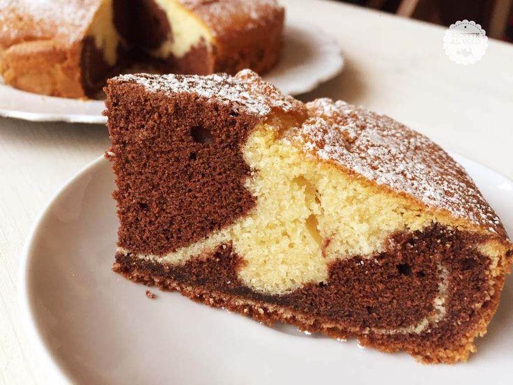 La torta bicolore al cacao è un dolce soffice e goloso che una volta tagliato nasconde un simpatico effetto chiaroscuro. Detta anche torta marmorizzata...