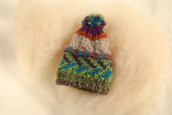 普通サイズの帽子と同じ編み方でつくったミニ帽子のブローチです。編み方はカウチン編みです。ブローチピンの太さがありますので、刺し跡が付く場合があります。気をつけ...|ハンドメイド、手作り、手仕事品の通販・販売・購入ならCreema。