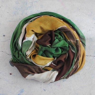 Sciarpa Unisex Fulvio Luparia interamente dipinta a mano. Composizione 90% Modal - 10% Cashmere. Dimensioni 200x140 cm. Made in Italy. Fantasia astratta multicolore a pois con predominanza di nuances rosse. La sciarpa viene fornita di una piccola sacca in tela personalizzata per conservarla.