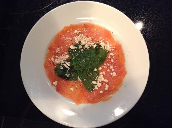 Prealistar los ingredientes. En un plato blanco distribuir por toda la superficie el salmón ahumado. Adicionar el zumo de lima encima de el salmón ahumado.Dejar...