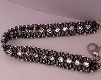 Bracciale realizzato interamante a mano con perline superduo e chaton Swarovski, brillante e lucentissimo. Ideale come regalo per una donna speciale o per se stesse è adatto ad ogni occasione.