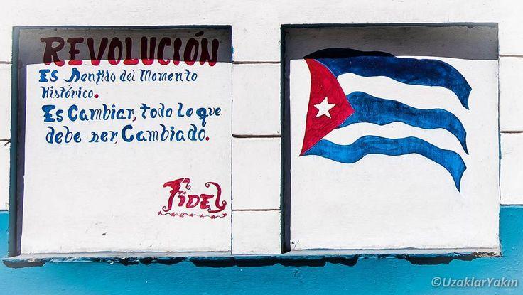 Tam 23 gün önce Küba'daydık. Esaret altındaki bir ülke nasıl başı dik gururlu ve üreten bir ülke haline getirilmiş onu gördük. Fidel ve arkadaşları tek bir amaç için savaşmış ve bu rüyayı gerçek kılmış. Bugün kendi kendine yeten bir ada Küba. Amerika'nın uyguladığı katı ambargo yüzünden çok zor günler geçirmiş ama asla idealinden ödün vermemiş Küba. İnsanlar her ne kadar artık bu kısıtlı hayattan geçim sıkıntısından yokluktan bıkmış olsalar da hala devrimi çok seviyorlar. Sokaklar Fide'lin…