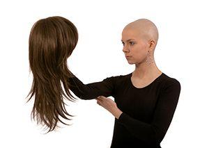 Ένα από τα αναμενόμενα στάδια της θεραπευτικής αντιμετώπισης του καρκίνου είναι η τριχόπτωση. Η όσο το δυνατόν καλύτερη ψυχολογική κατάσταση αποτελεί το σημαντικότερο παράγοντα, κατά τους επιστήμονες, καταπολέμησης και ίασης της εν λόγω ασθένειας.  http://tinyurl.com/jz6crgr