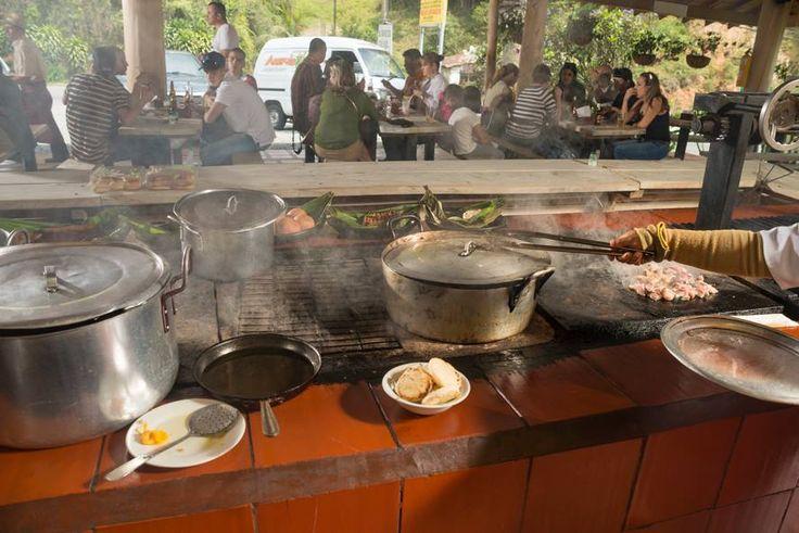 Vivir la experiencia de estar con la familia alrededor de la mesa compartiendo, es una #tradición que no se puede perder  http://www.elrancherito.com.co/