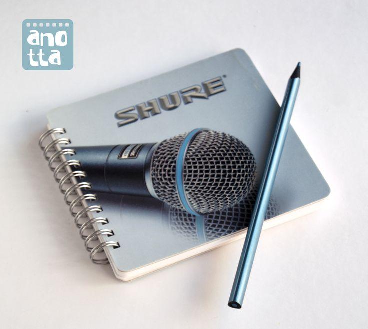Libretas hechas a mano reciclando la caja de un micrófono.