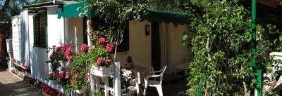 Camping Rosa - Liguria. A soli 300 metri dal mare, nel meraviglioso Golfo Dianese, immerso nel verde, il Camping Rosa è il soggiorno ideale per chi ama la vita all'aria aperta. La struttura dispone anche un'area camping con piazzole, un'area con appartamenti, e di un'area dedicata al relax e allo sport, come la piscina con idromassaggio.