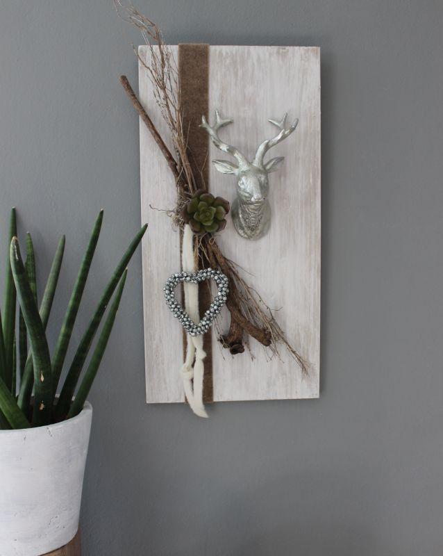 Unique HE u Holzbrett wei gebeizt dekoriert mit nat rlichen Materialien Filzb ndern einem Hirschkopf
