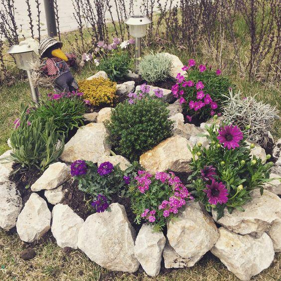 Un aiuola da giardino con le pietre 16 idee fai da te da for Pietre da giardino