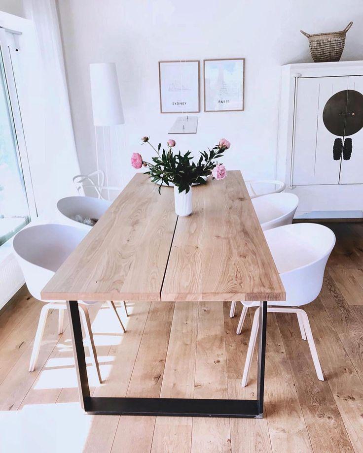 Heute gibt es eine tolle Eichen Diele aus dem Hause @wollehochdrei 👏🏼 Tolles Ambiente und ein wunderschöner Tisch perfekt auf dem Parkett abgestimmt! Dazu noch die weißen Stühle 👌🏻 Achtung Werbung❗️ Schaut unbedingt auf dem Feed von @wollehochdrei vorbei, denn neben dem tollen Interior findet ihr noch mega Strickutensilien für euer Zuhause! • #zuhause #parkett #parkettboden #parkettliebe #eiche #tisch #einrichtung #wohnideen #moderneswohnen #stilvoll #esszimmer #esstisch #wohnen #leben