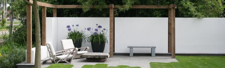 Beautiful fence. Especially the contrast between the wood and the white material. http://www.wijsman-hoveniers.nl/wijsman-hoveniers/nieuws/exclusief-product-en-eenvoudig-te-monteren-platoflex-schuttingbekleding