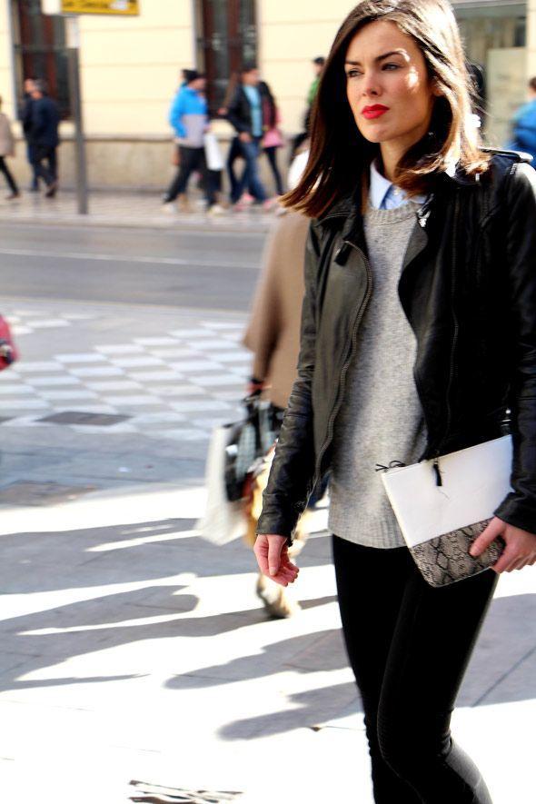 """Chica Anonity con una cartera de mano o """"clutch"""" blanco y negro por las calles de Granada."""