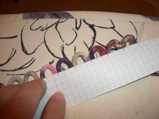 — Перегибает бумагу, смотрит, что получится в готовом виде; — Затем эта заготовка настрачивается на своё законное место, бумагу удаляет, и получаются петельки все одинаковые!