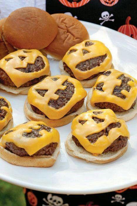 チーズを顔型に切り抜くと、ハロウィン仕様のハンバーグの出来上がり!