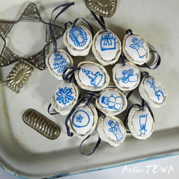 Vánoční ozdoby z ořechů - velká sada 12 ks Sada 12 ks vánočních ozdob na stromeček. Vyrobena ze skořápek ořechů. Dejte vašeho stromku nádech ručně vyrobených ozdob v tradičních barvách. Vhodné i pro vánoční výzdobu bytu. Modrá k tradičnímu modrotisku nebo cibuláku ;-) Popis: Látka v ořechových skořápkách je ruční tisk sítotiskem, každá ozdoba má pevně ...