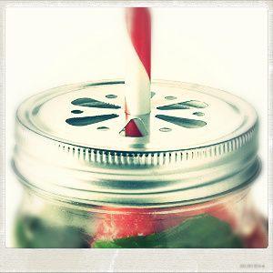 Les bocaux KILNER en verre disposent d'une poignée et d'un couvercle en acier inoxydable pour insérer une paille. (paille non fournie)