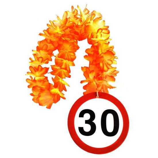 Bloemenslinger 30 jaar verkeersborden print. Een vrolijke bloemenslinger voor de jarige. Aan de bloemenslinger hangt een grote 30. De slinger is gemaakt van plastic en heeft een diameter van circa 14 cm.