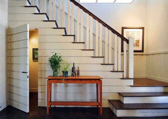 Дополнительное подсобное помещение под лестницей в доме