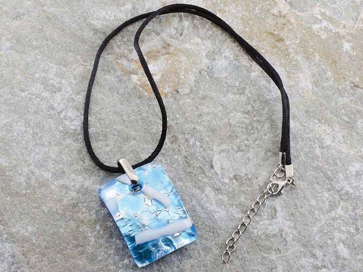 Collana pendente in vetro di Murano con piastra rettangolare e bombata con foglia di argento e sfumature di azzurro. Il cordino è in alcantara di colore nero