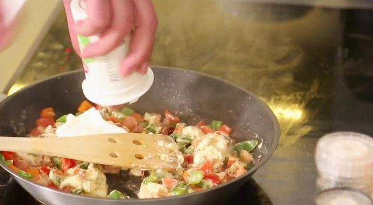 """Žádné speciální nádobí. Udělejte si fondue v praktičtější nádobě – v chlebu!Míra Hejduk připravuje rychlá a jednoduchá jídla, jak sám říká,  """"za nula nula prdlačky"""". Nejenže si uvaříte z nejběžnějších surovin a  pořádně se nadlábnete, ale navíc ještě ušetříte.Suroviny na fondue:1 kulatý chlébbalíček taveného sýru300 g rporostlé slaniny1 červená paprika1 zelená paprika2 kelímky zakysané smetany OHODNOŤTE TENTO POŘAD NA ČSFD ZDE.FACEBOOK VAŘÍME S MÍROU NAJDETE ZDE.Účinkoval: Míra """"Mrázik""""…"""