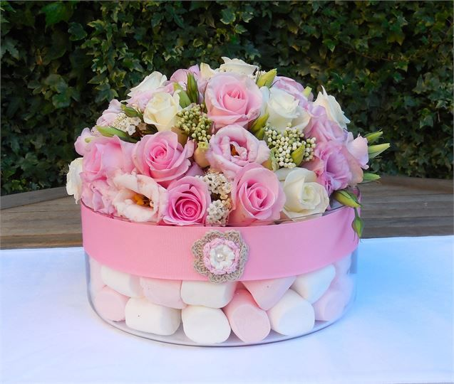 Baby pink and white roses, with marshmallows, a unique table centre