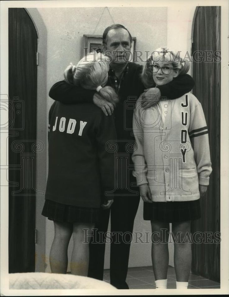 1990 Press Photo Julia Duffy as twins in sitcom with Bob Newhart - mjp15102