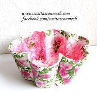 Empaqueta tus regalos con ideas de reciclaje y será más personales. ¡Mira esta cesta con vasos desechables!