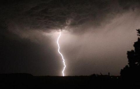 Un ciel d'orage Tempête : 12 départements du nord-ouest en alerte orange 27 octobre 2013