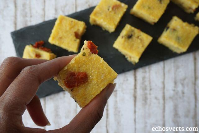 Petits cubes de polenta pour l'apéro #VGL. Après mes petits muffins ultra moelleux à la pomme et ma salade en bocal multicolore, je vous propose une 3ème recette 100% locale et végétale : des petits cubes de polenta aux olives et aux tomate…