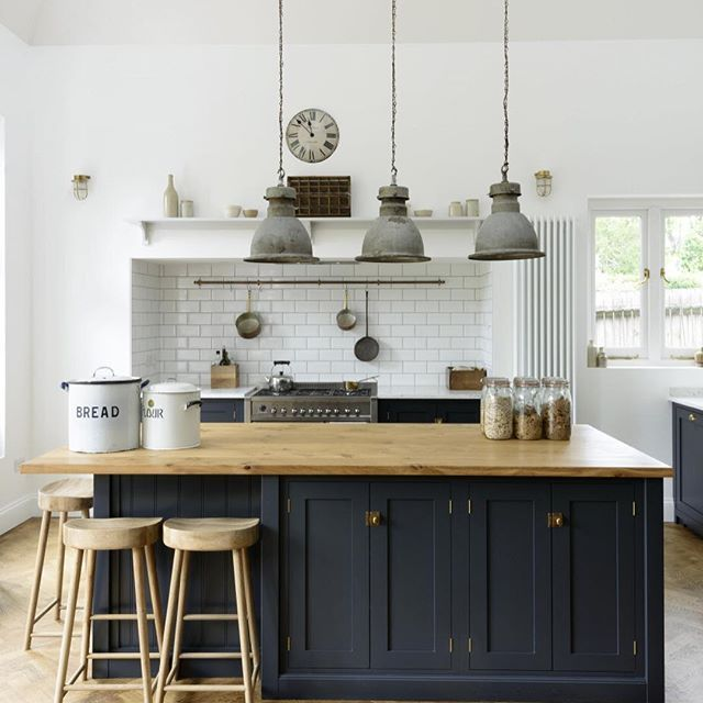 This beautifully tall room felt like a cross between a cool restaurant and an old school dining hall. With industrial pendant lights hanging from long chains, dark blue cabinetry and quirky vintage finds, we would love to while away a few hours relaxing and pottering about in here. #deVOLKitchens
