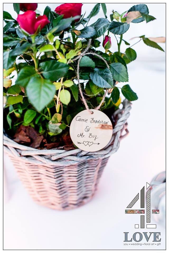 #chic #rustic #garden #γάμος, #centrepiece τραπεζιών καλεσμένων ψάθινο καλάθι με κοκκινες mini #τριανταφυλλιές - Floral Artist Ντίνος Μαβίδης & Concept Stylist Μάνθα Μάντζιου #4LOVEgr