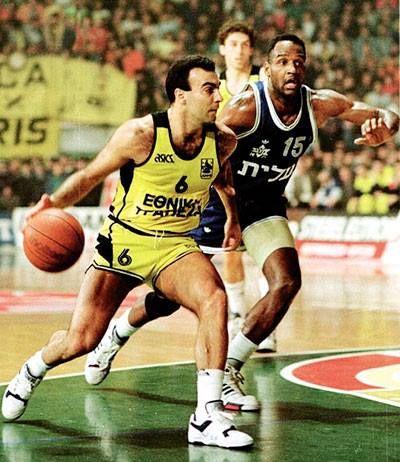 European Champions League 1989 - 1990. ARIS - MACCABI TEL AVIV 97 -81 ---Nikos GALIS facing Barlow.