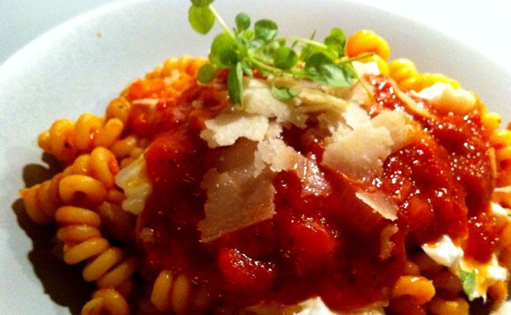 Pasta med tomatsås och buffelmozzarella | Jävligt gott - vegetarisk mat och vegetariska recept för alla, lagad enkelt och jävligt gott.
