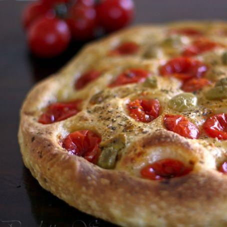 Ingredienti 300 gr. farina di grano tenero tipo per impasto 200 gr. semola rimacinata di grano duro per impasto 100 gr. patate per impasto 200 gr. lievito madre per impasto 10 gr. sale per impasto 50 ml. olio extra vergine di oliva per impasto 300/350 ml. acqua per impasto 400 gr. pomodori ciliegino per condire 20 olive baresane in salamoia per condire origano q.b per condire olio extra vergine di oliva q.b per condire sale q.b per condire