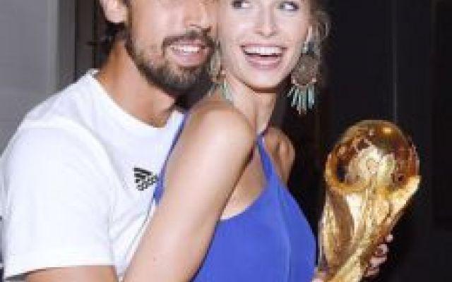 """Sami e Lena si sono lasciati: noooooo! Appena ho letto questa notizia ho urlato: """"Nooooo"""". Ci rendiamo conto che Sami Khedira, neo acquisto della Juventus, ha lasciato la sua fidanzata Lena Gercke?! Non ci si può credere… L'annuncio dell #khedira #juve #gossip #fidanzata #calcio"""