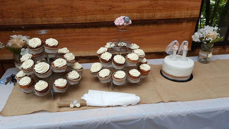 Bruidstaart en cupcakes met jute