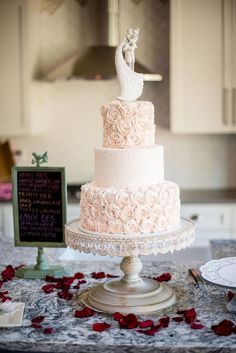 Wedding cake idea; Featured Photographer: Powers Studios