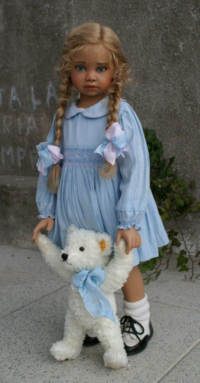 poupée réaliste, petite fille avec son ourson blanc                                                                                                                                                                                 Plus