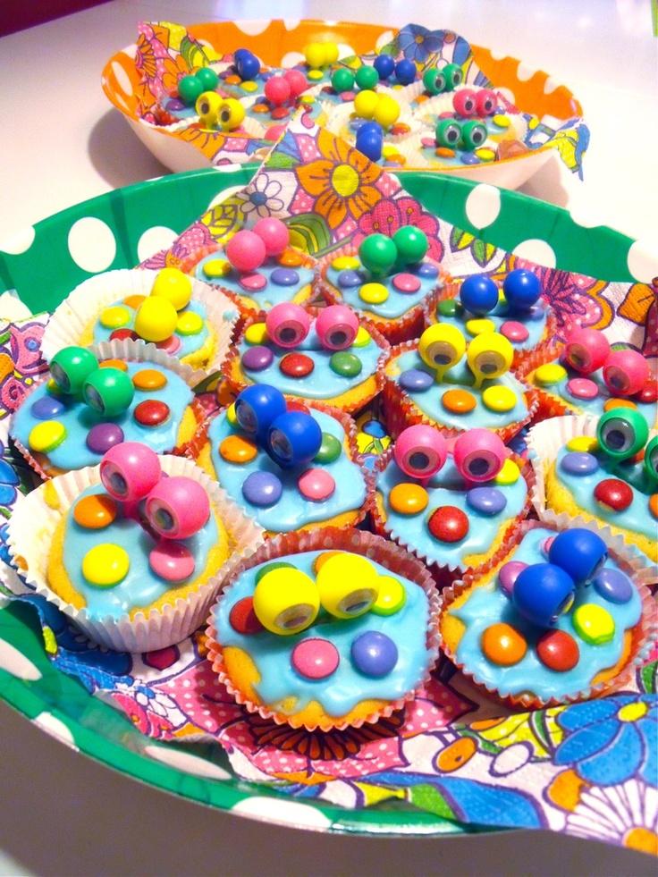 school traktaties- cupcakes met oogjesringen (en dan ipv die oogjes druiven met oogjesstickertjes erop)