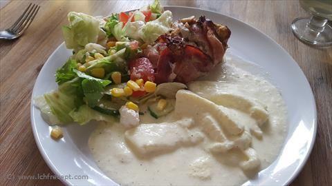 LCHF-Recept: Baconlindade kycklingrullar med svamp och halloumigratäng