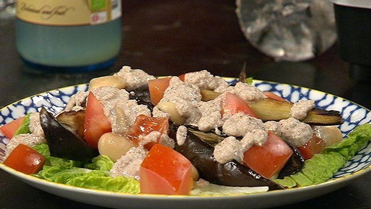 Vegansallad. Serveras med stora vita bönor, tomat och sältad pekandressing. Supergott!