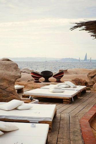 pallette en bois? et pourquoi pas versus #terrasse en bois exotique dans le style sud terrasses, un lounge en bord de mer de rêve!