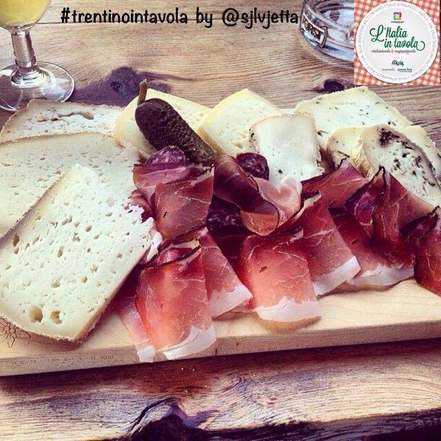 L'aperitivo oggi lo prendiamo in #Trentino con questo bel tagliere di salumi e formaggi. #italiaintavola #trentinointavola #italianfood