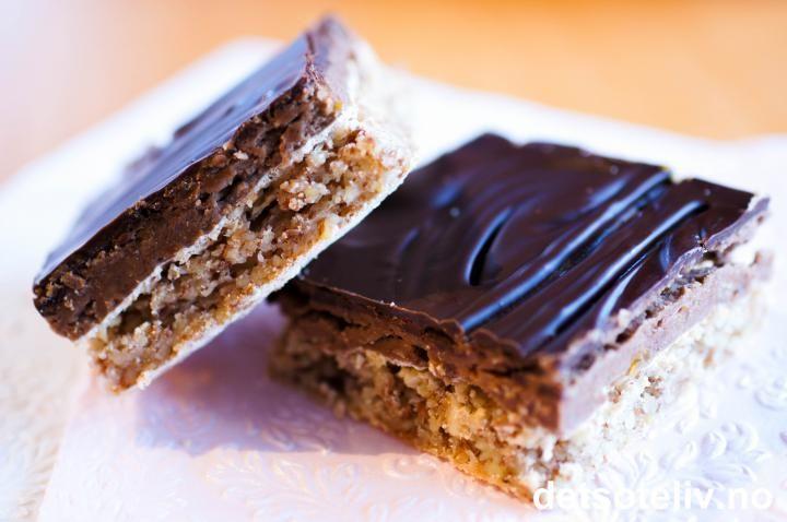 Sarah Bernhardt i langpanne: Mandelbunn: 400 g mandler 400 g sukker 4 ts bakepulver 6 eggehviter Sjokoladekrem: 250 g smør 200 g melis 6 eggeplommer 2 barneskjeer kakao 2 ts vaniljesukker Sjokoladeglasur: 200 g kokesjokolade 2 ss smør.