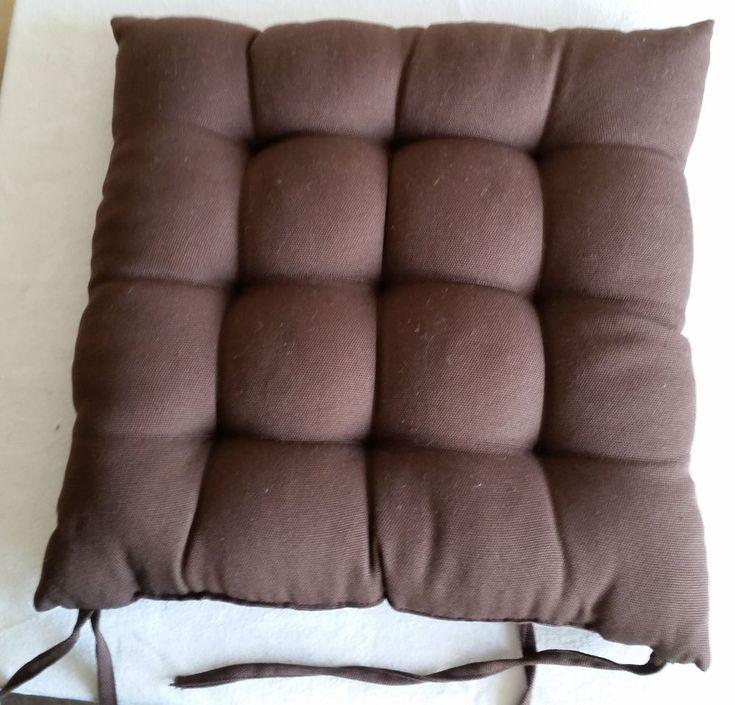 2 x Stuhlkissen Sitzauflage Sitzkissen Stuhlauflage braun 40 x 40 cm  Verkaufe 2 gebrauchte Stuhlkissen braun.  Die Kissen haben die Maße von 40 x 40 cm und sind etwa 7 cm dick. Sie haben jeweils 2 x 2 Bändchen zu Befestigen am Stuhl.  Die Etiketten wurden abgeschnitten, fehlen also. Einer der Abstepper hat sich aufgelöst (s. Fotos).