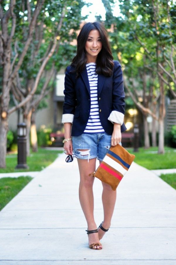 shorts jeans, t-shirt listrada e blazer azul marinho: casual chic