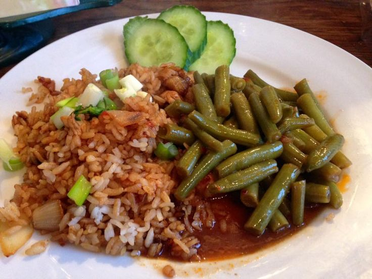 Zesde Dwarsdoordevoorraadkast+-recept  Nasi goreng Bali et boontjes sajoer toujours  Gebakken rijst met ui,knoflook en kip in boemboe Bali Bosuitjes Boontjes met boemboe sajoer Ketimoen