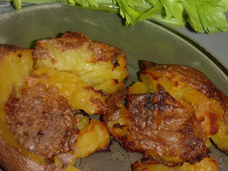 Pekné zemiaky vydrhneme pod vodou, celé aj so šupou dáme variť. Po uvarení scedíme, ešte horúce dáme na plech vyložený peč. papierom, paličkou na...
