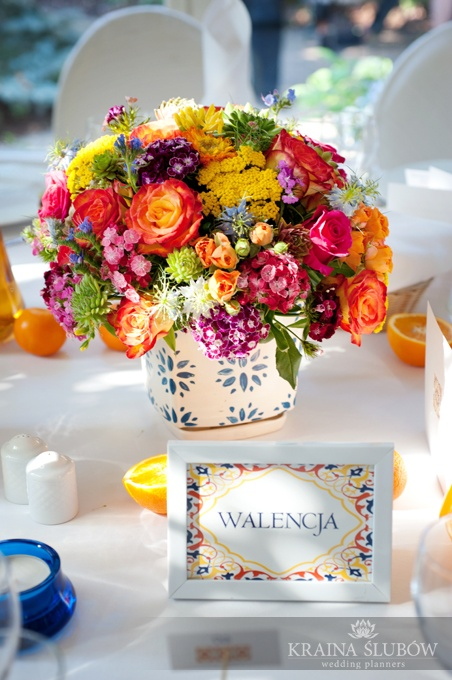 love the colors with the blue and white vase. Wedding centerpiece / spanish wedding theme / fot. Paulina Sztenkiel