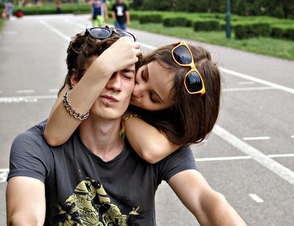 Девушка обнимает парня, by IndieChild19