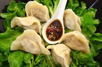 Dumplings är ett måste i norra Kina på det kinesiska nyåret som infaller kring februari. De kan fyllas med räkor och fläskkött, grönsaker och svamp och många andra fyllningar men det här receptet är med den klassiska fyllningen fläskfärs och salladskål. Det går att köpa färdig dumplingdeg men det är enkelt att göra själv speciellt om man har en pastamaskin. Kycklingbuljongen jag använder är en kinesisk variant och är en sorts granulat men du kan använda en halv buljongtärning istället.Det…